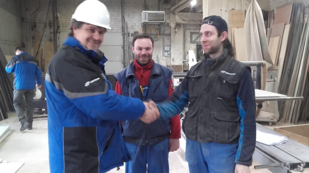 Gamybos direktorius Raimundas Judickas apdovanoja formavimo cecho stalių Tomaą Petrauską