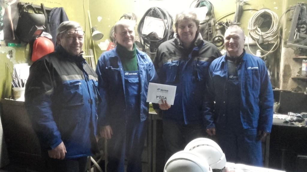 Mechaninio cecho viršininkas Valentinas Vilkas ir gamybos direktorius Raimundas Judickas kartu su mėnesio darbuotojais Vytautu Dobrovolsku ir Egidijum Žilioniu