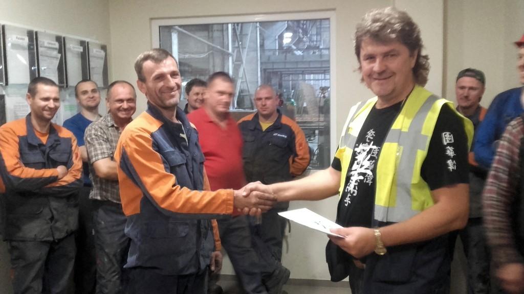 Suvirintoją Remigijų Butkų su geriausio darbuotojo titulu sveikina gamybos-technikos direktorius Raimundas Judickas