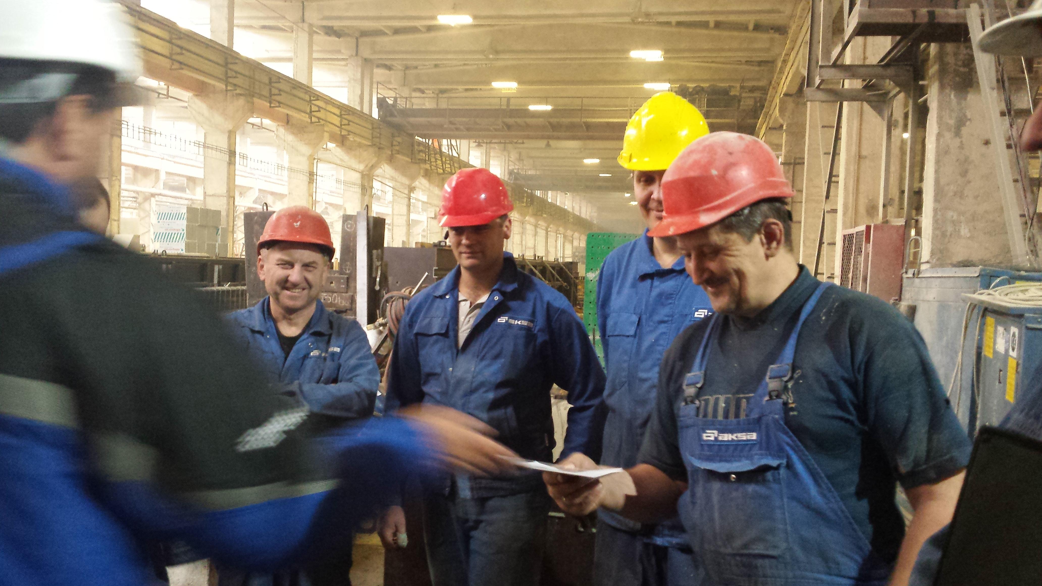 """AB """"AKSA"""" vadovas sveikina geriausius mechaninio cecho darbuotojus"""