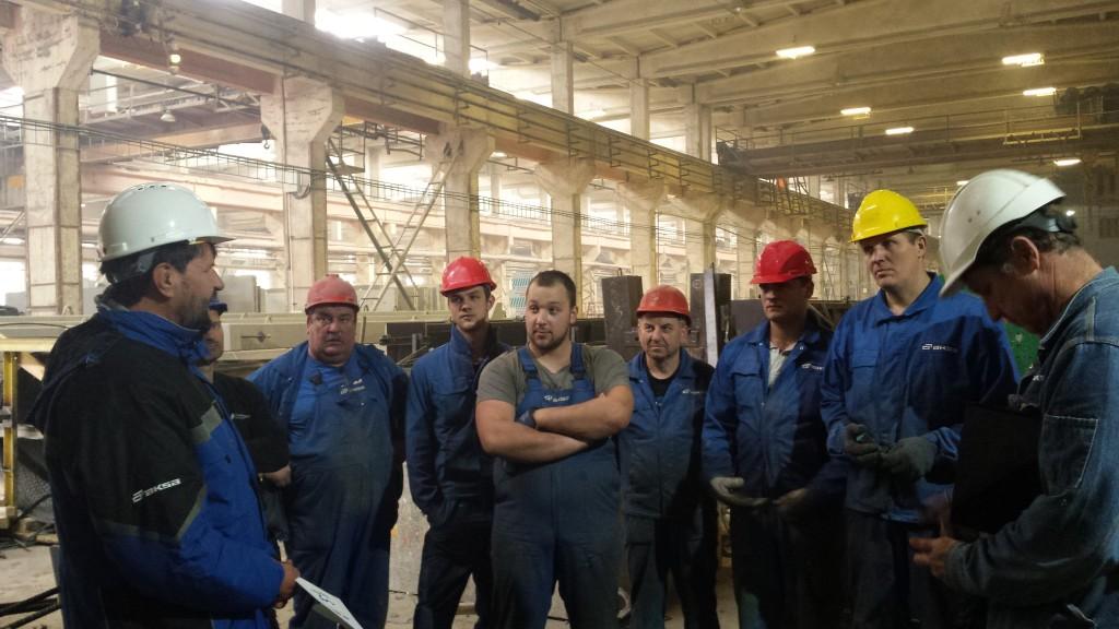 """AB """"AKSA"""" vadovas Saulius Kvieska dėkoja formavimo komplekso darbuotojams už jų indėlį į 32,4 metrų ilgio sijos gamybą"""